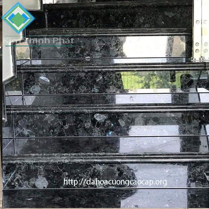 cầu thang đá đen